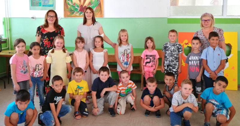 Прваци са својим учитељицама